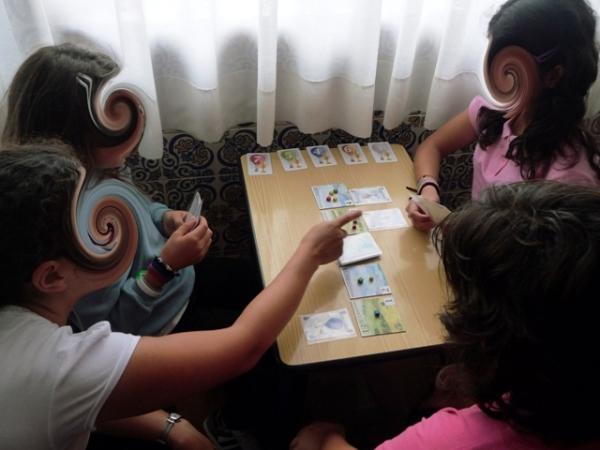 A Sara a ajudar a Lili e a Márica a jogar Ballon Cup.